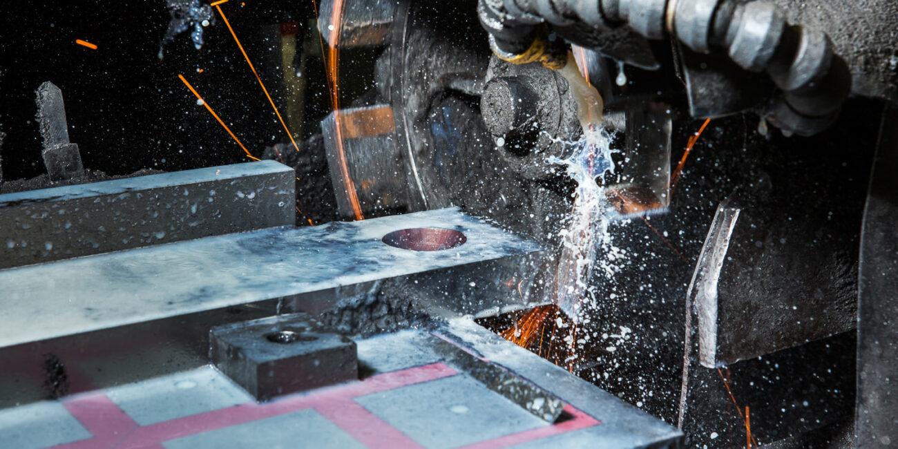 Foto corporate di azienda in fabbrica con fresa e macchinario meccanico acqua e scintille
