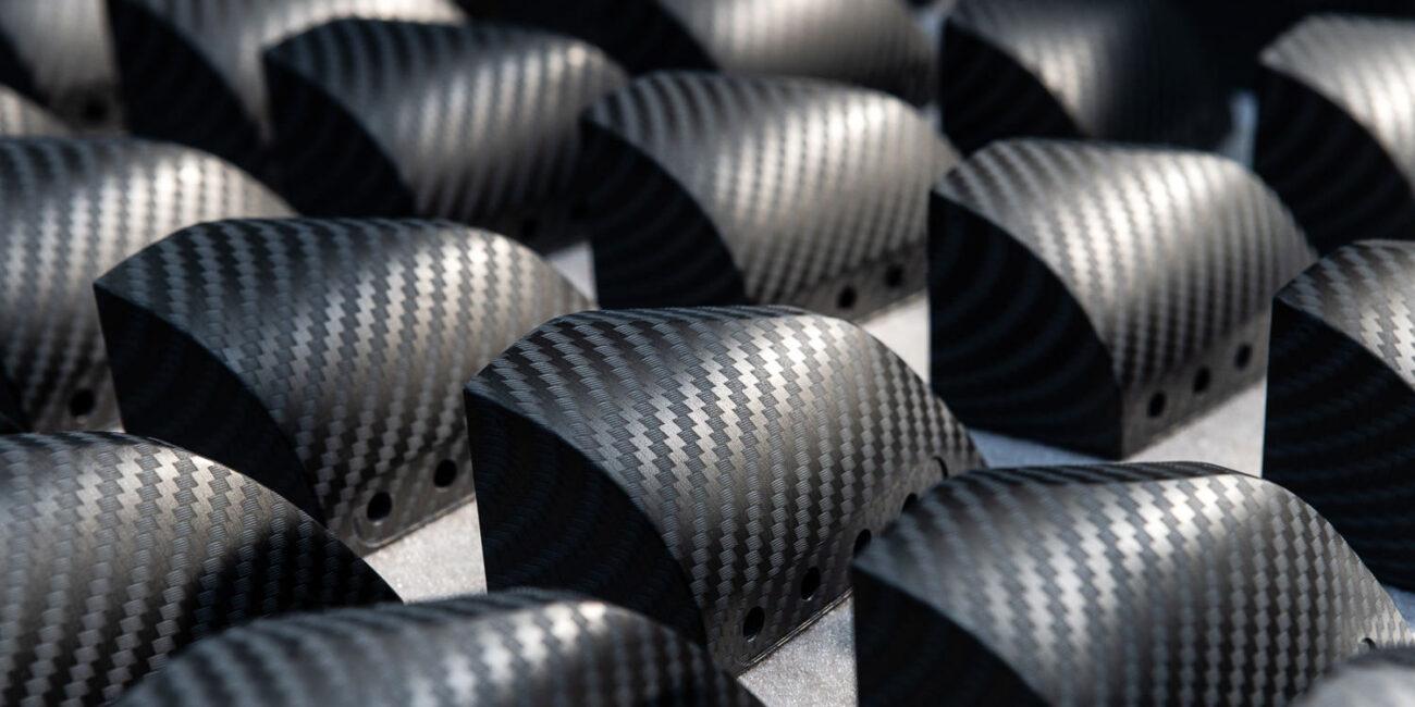 Foto corporate di azienda in fabbrica con composizione prodotti cubicati